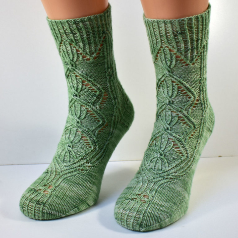 Frontview of Triforium sock pattern with cables and lace