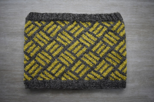 Rúmil cowl pattern by Dots Dabbles